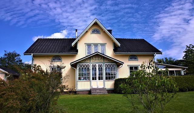 privatbostadsfastighet hus villa gul sverige